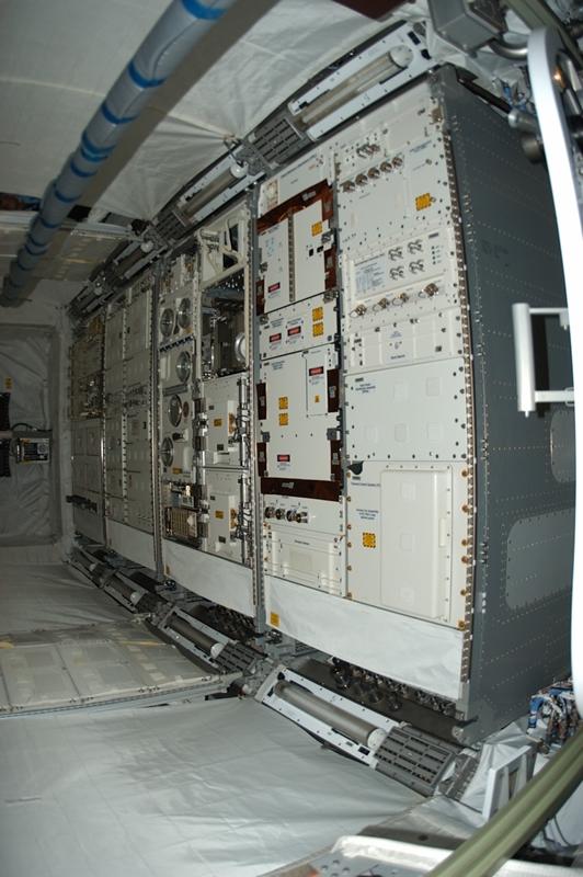 Les rackes d'expérience à l'intérieur du module Columbus. Crédits : ESA$