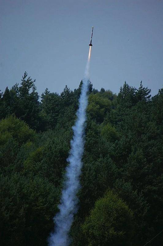 Décollage d'une fusée expérimentale lors des R2E en 2008 à La Courtine, dans la Creuse. Crédits : CNES.