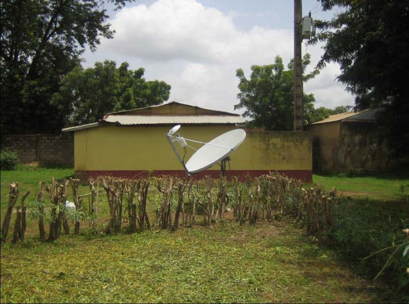 Centre hôspitalier de zone de Djougou équipé d'une parabole de télécommunication satellite. Crédits : CNES.